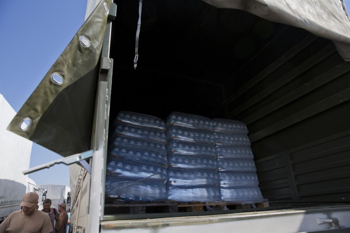Jeden z kamionů ukrývá balení s vodou