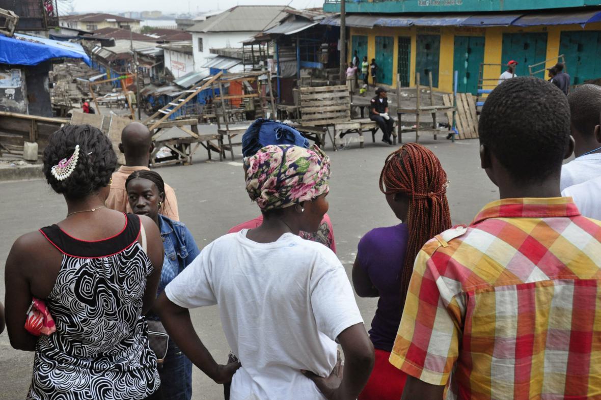 Obyvatelé chudinské čtvrti v Monrovii