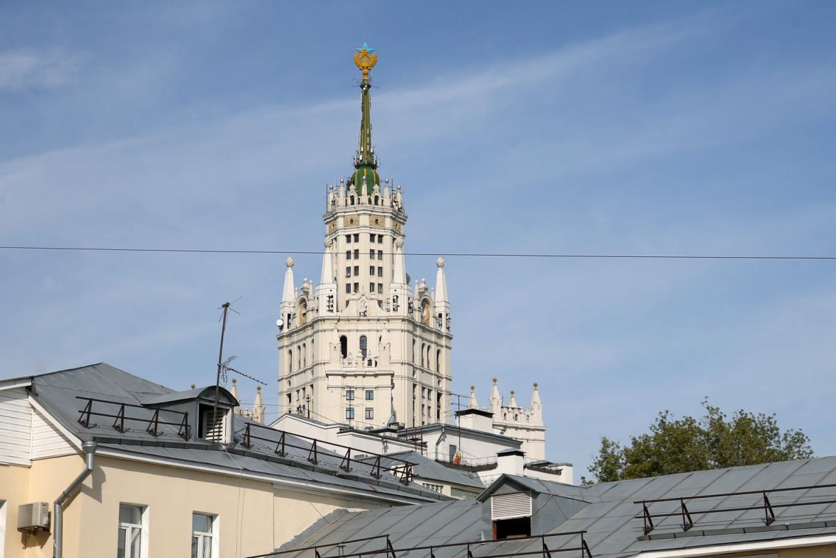 Ukrajinská vlajka na mrakodrapu v Moskvě