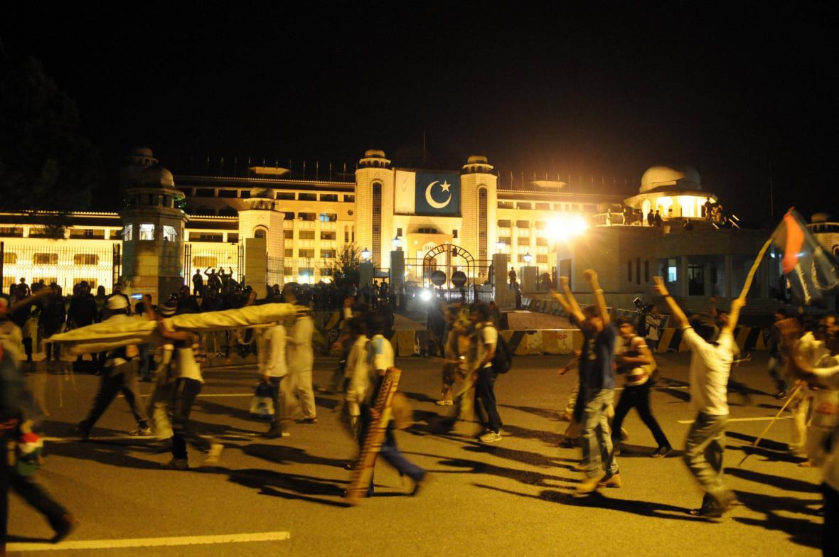Příznivci Imrana Chána pronikli k parlamentu