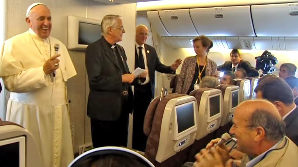 Papež František během brífinku na palubě letadla
