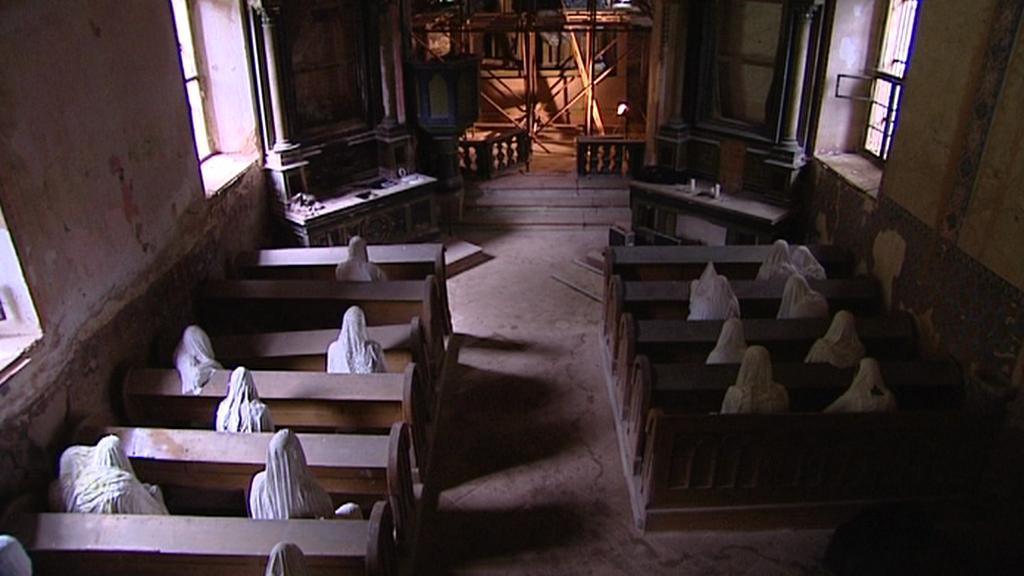 Instalace soch v kostele v Lukové