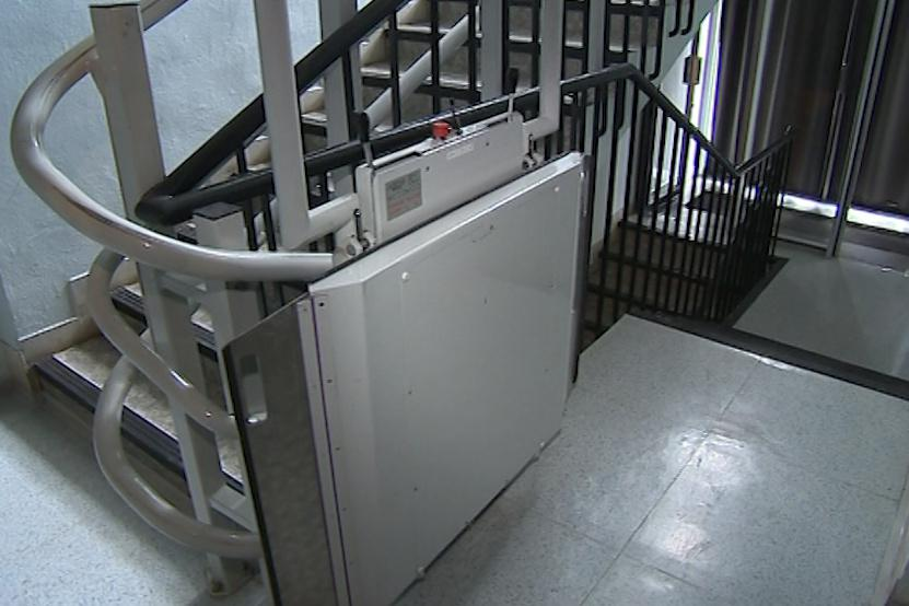 Na schodech je plošina pro vozíčkáře