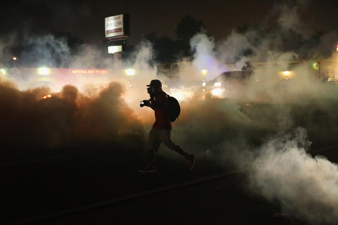 Oblak slzného plynu na pouliční demonstraci ve čtvrti Ferguson