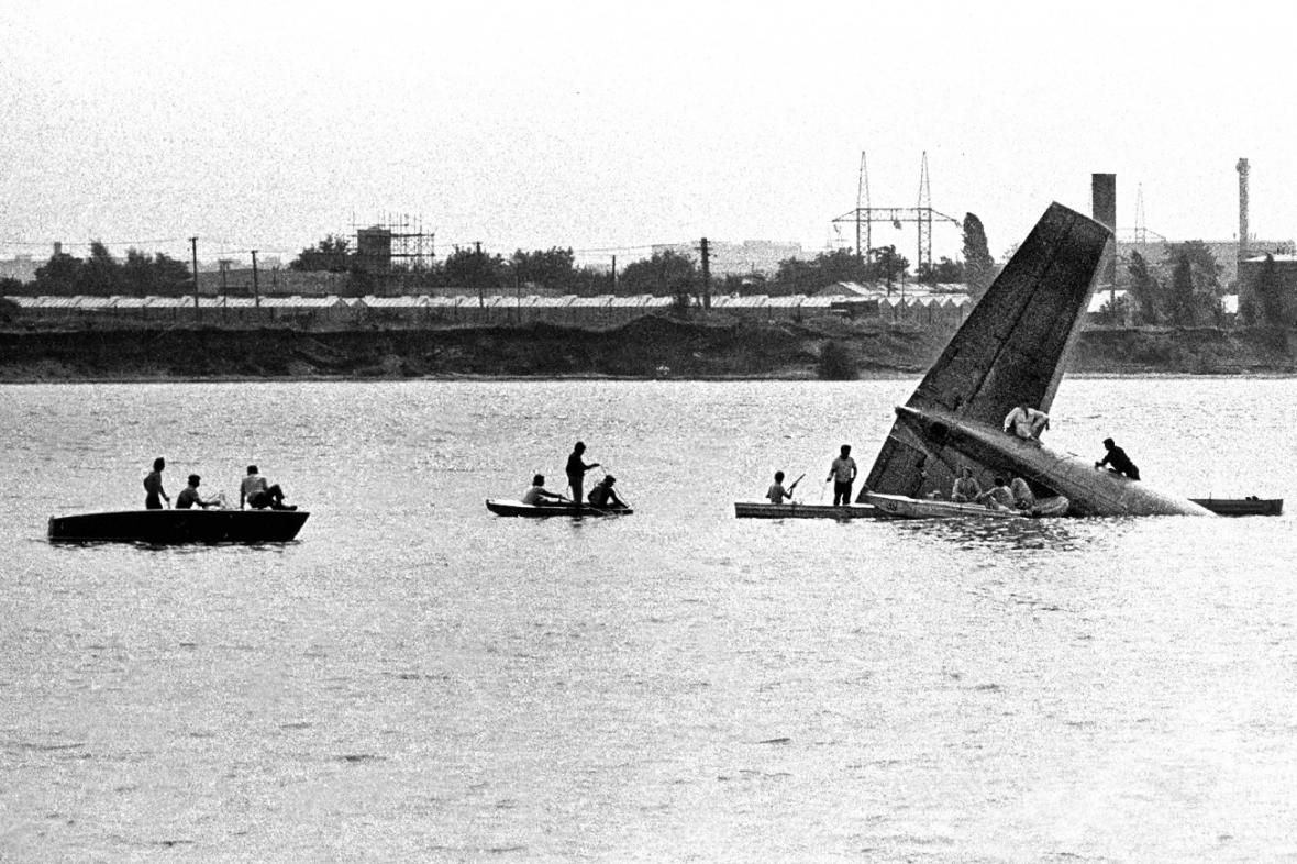 Záchranné práce po pádu letadla do jezera Zlaté písky