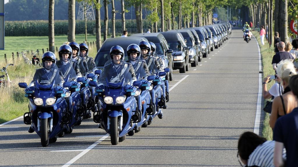 Kolona s mrtvými těly míří z Eindhovenu do Hilversumu