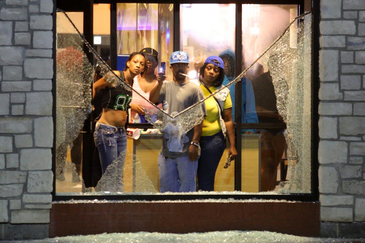 Rozbitá výloha během demonstrace ve Fergusonu