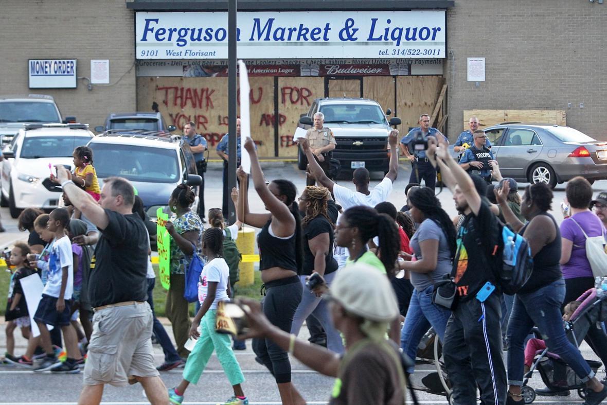 Protestní pochod v ulicích Saint Louis
