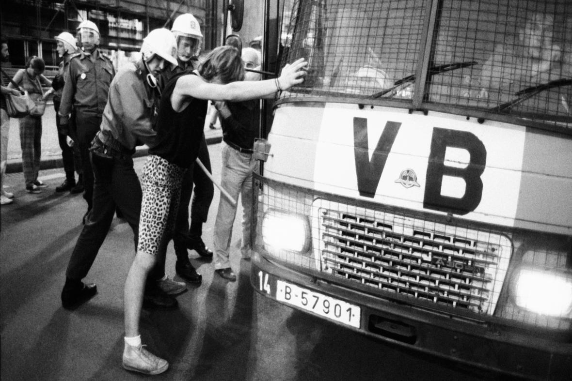 Policie při zákroku proti demonstrantům na Václavském náměstí 21. srpna 1989