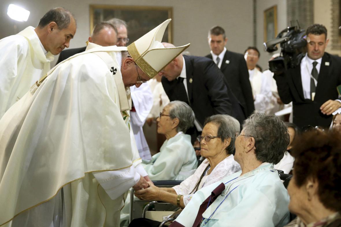 Papež František na setkání s bývalými sexuálními otrokyněmi