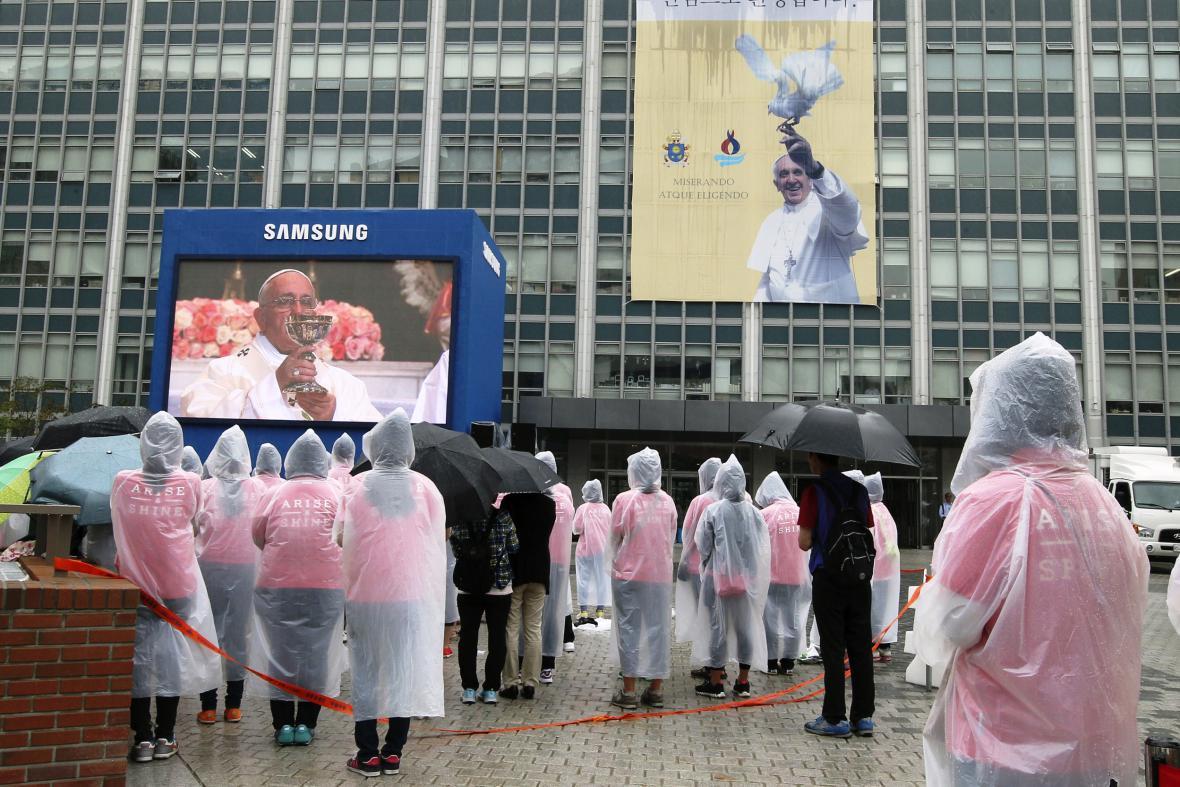 Přenos papežovy bohoslužby během jeho návštěvy Jižní Koreje