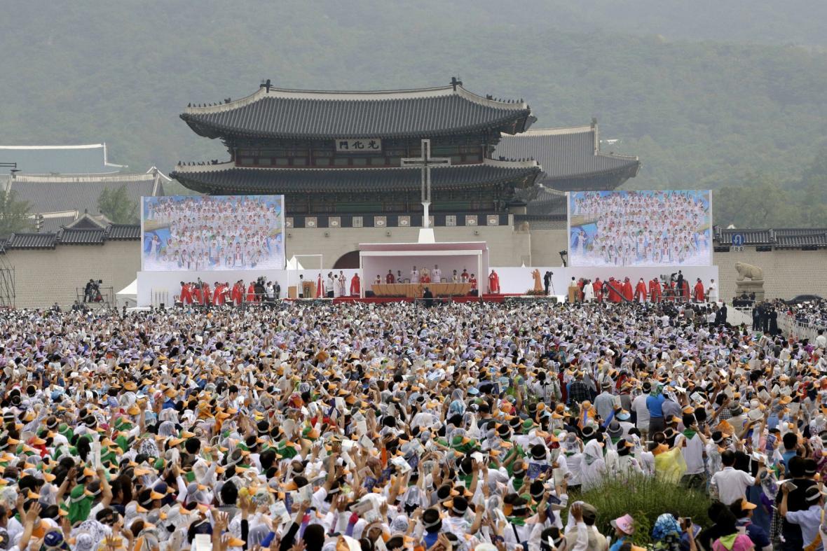 Papež František slouží mši pod širým nebem v Jižní Koreji