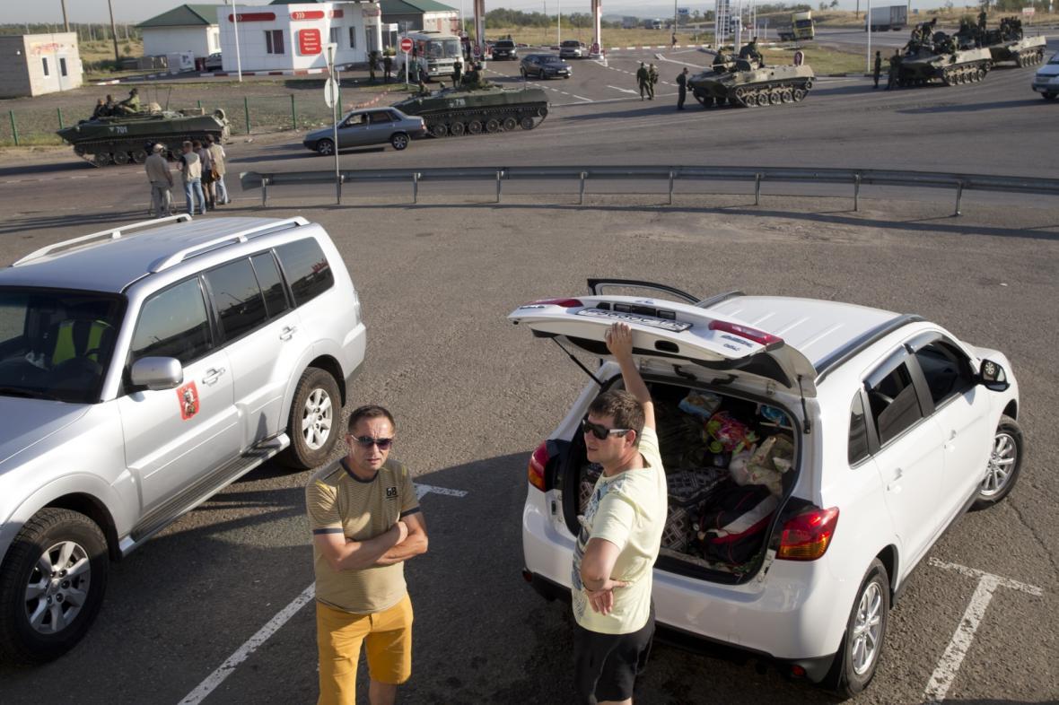 Konvoj ruských transportérů 30 kilometrů od hranic s Ukrajinou