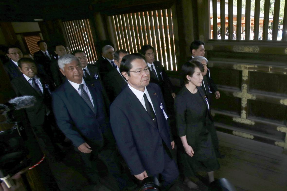 Dva členové japonské vlády navštívili kontroverzní svatyni Jasukuni