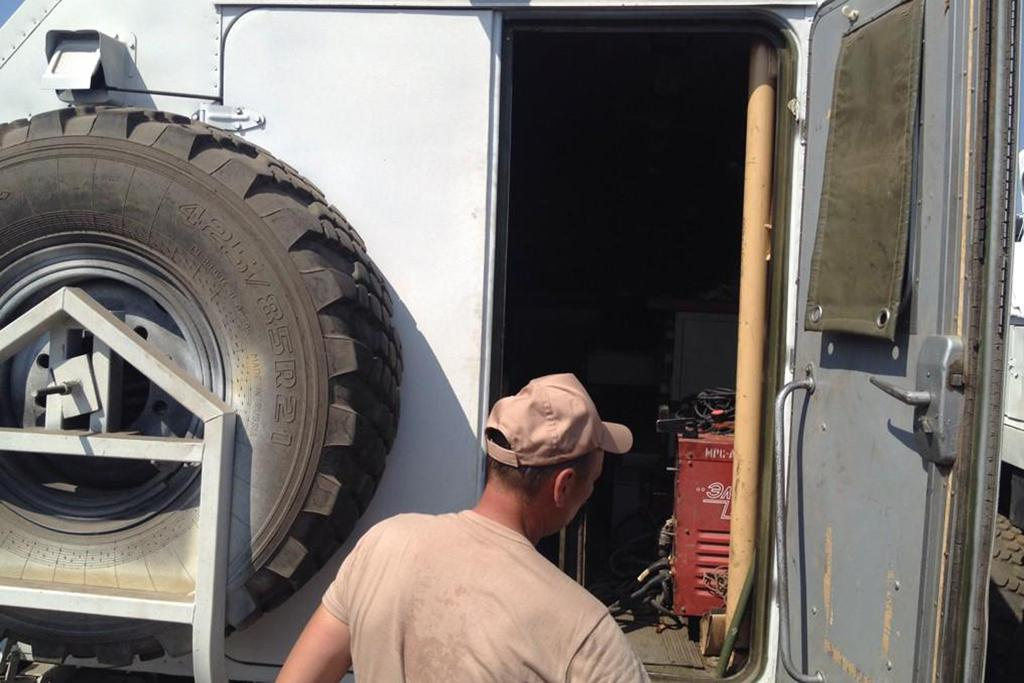 Novináři mohli nahlédnout do kamionů, které vezou pomoc Ukrajině