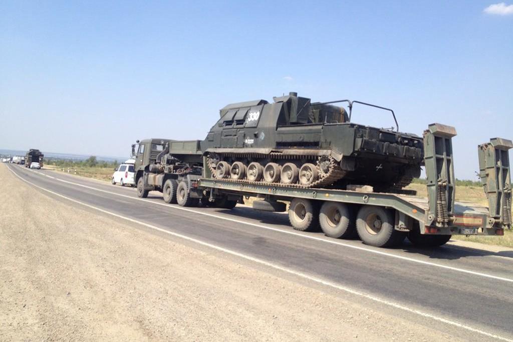 Svědectví od ukrajinské hranice: Kolona 20 obrněných transportérů směřuje k hranici