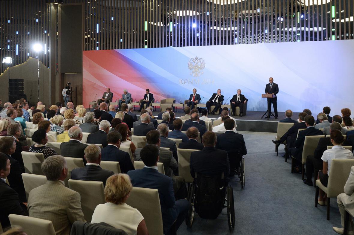 Vladimir Putin na krymském setkání s poslanci a ministry
