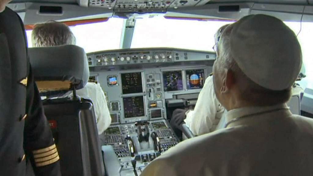 Papež František v kokpitu letadla