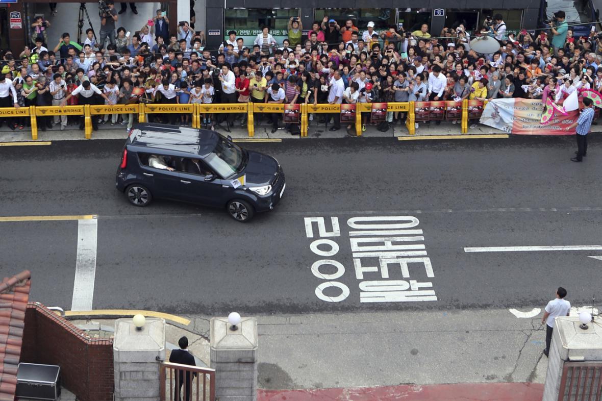 Papež k cestě po Koreji použil vůz Kia Soul