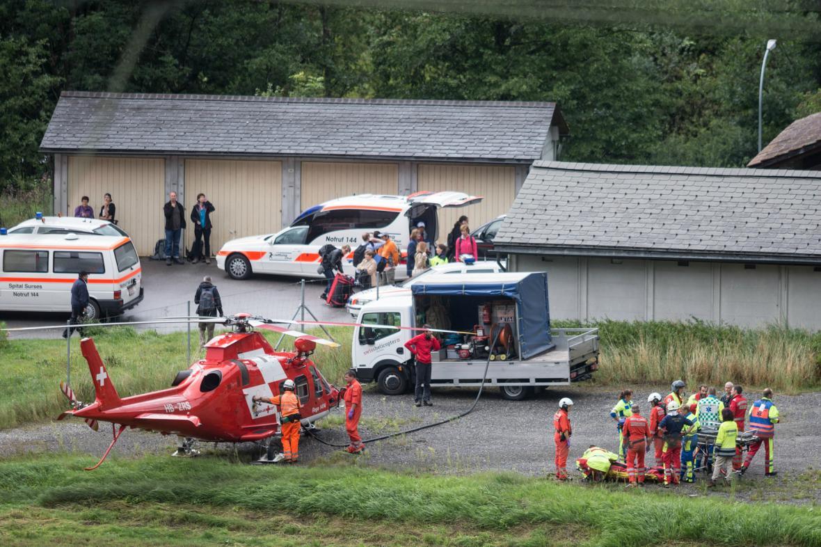Záchrana cestujících ze švýcarského vlaku