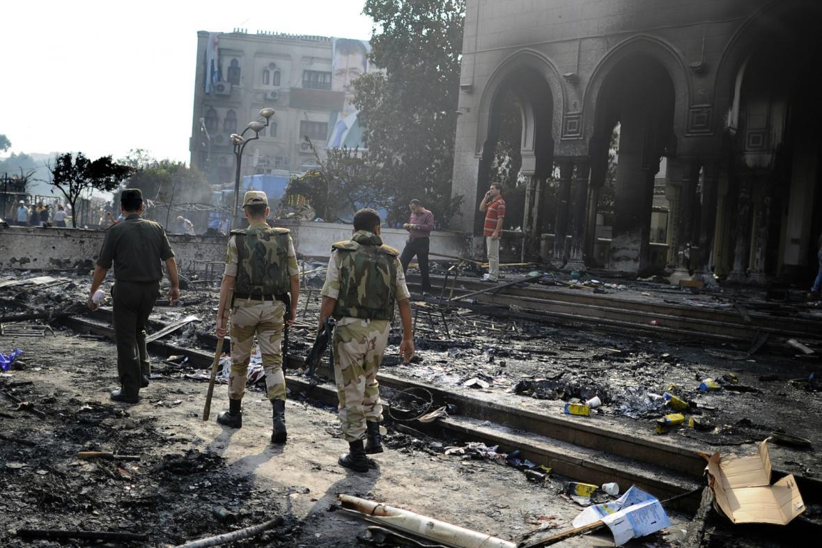 Vojáci prochází kolem poničené mešity Rábaa al-Adavíja