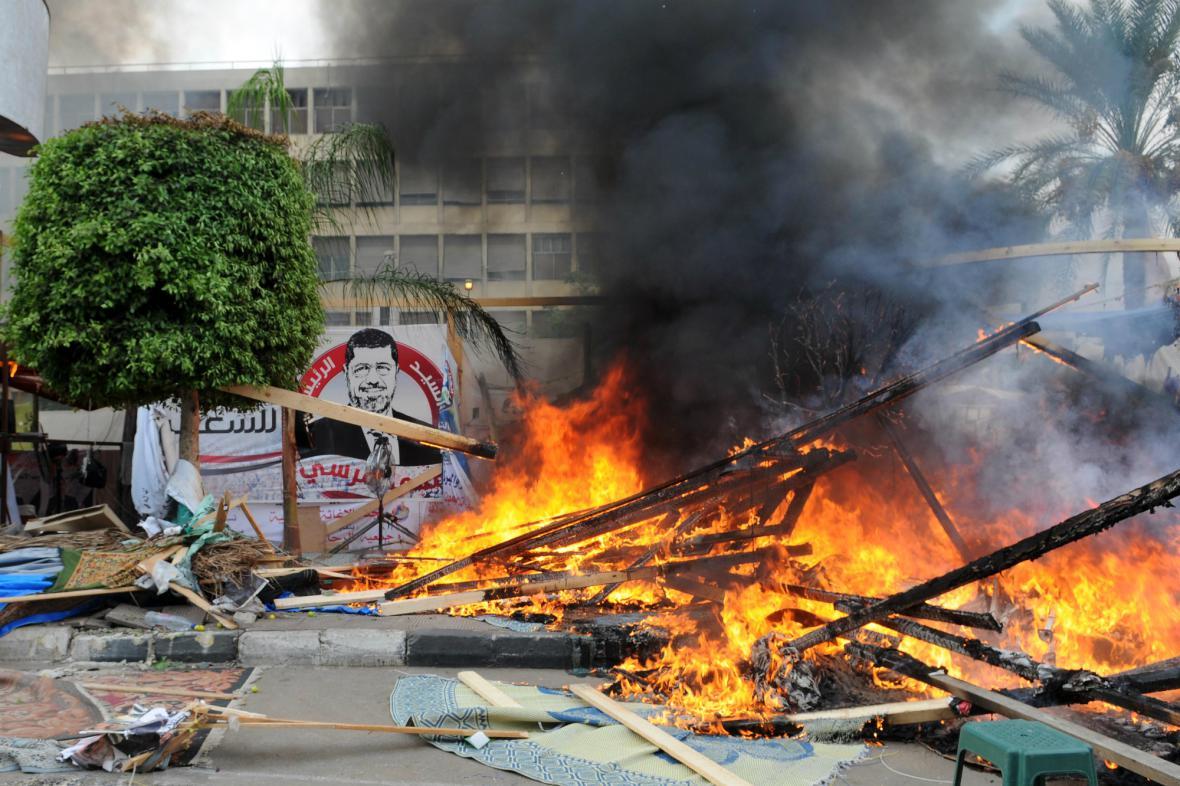 Zbytky opozičního tábora poblíž káhirské univerzity