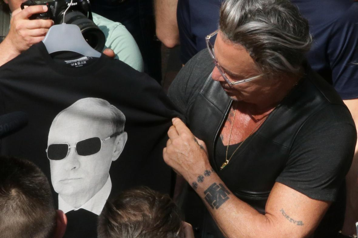 Tričko s Putinem si v GUMu koupil i americký herec Mickey Rourke