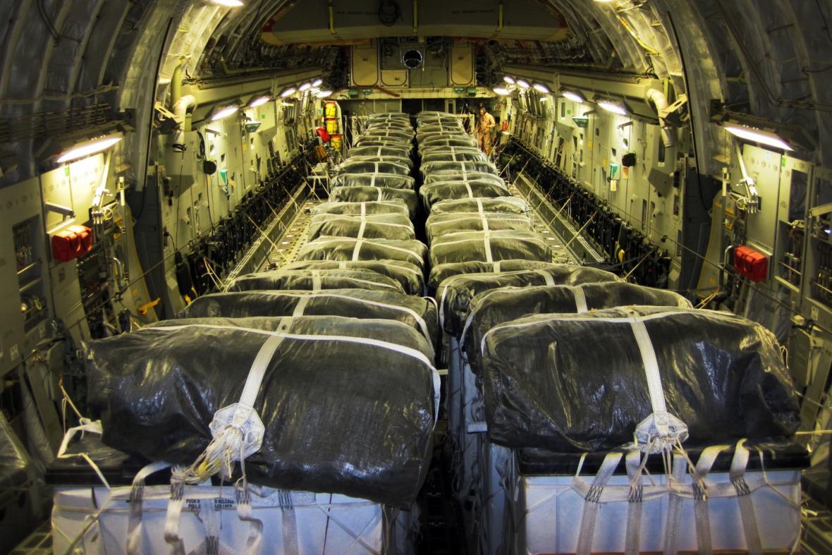 Palety s americkou humanitární pomocí pro jezídské utečence
