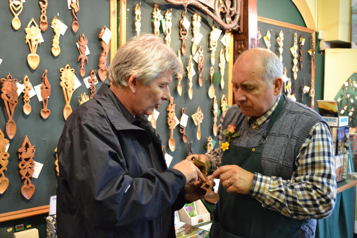 Petr Voldán obdivuje řezbářské umění