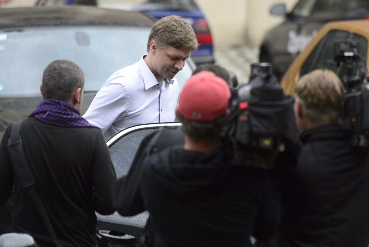 Pražský primátor Tomáš Hudeček odjíždí od sídla magistrátu