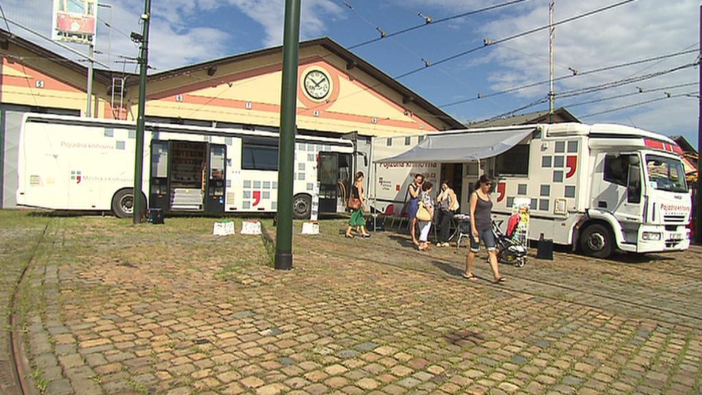 Všechny tři pražské bibliobusy se v den svého výročí sjely do střešovické vozovny