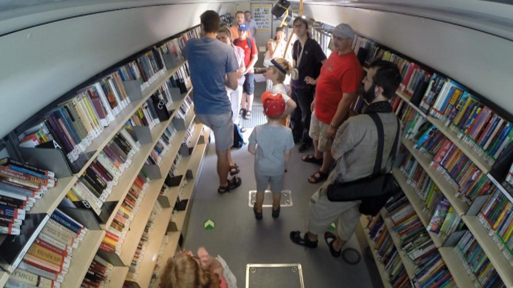 Návštěvníci bibliobusu Městské knihovny v Praze