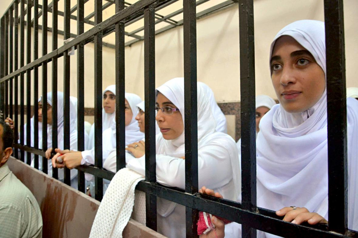 Členky Muslimského bratrstva v soudní síni v Alexandrii