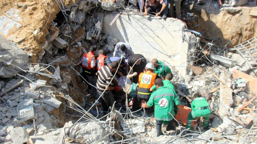 Zachránáři vyprošťují těla zpod trosek mešity v Gaze