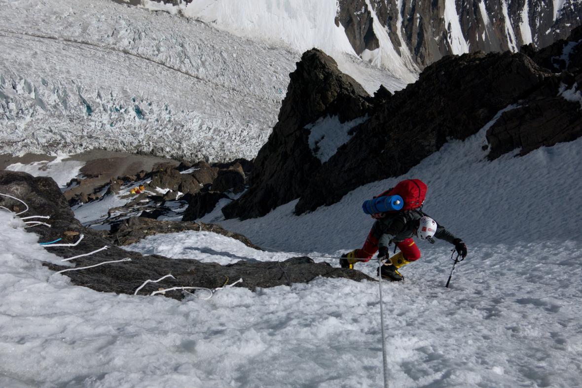Expedice K2 - Petr Mašek vystupující do tábra C2