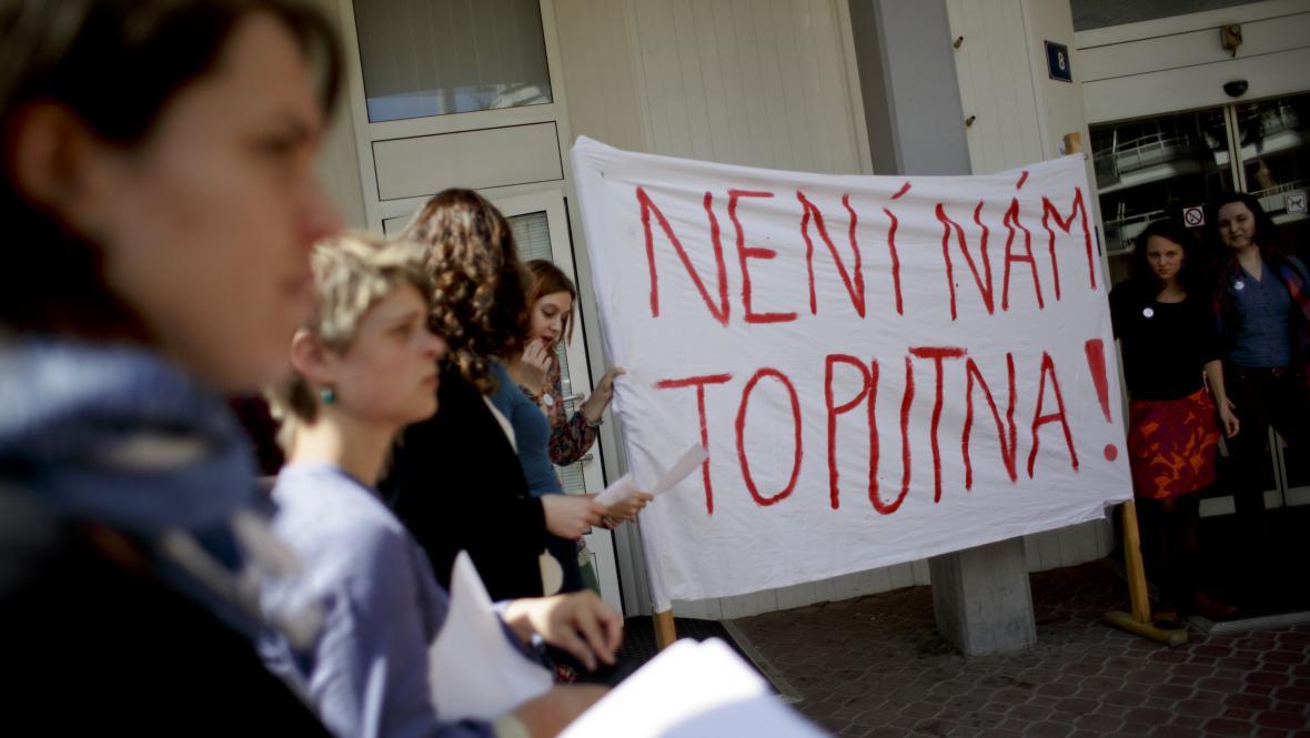 Studenti protestují proti nejmenování Martina C. Putny profesorem