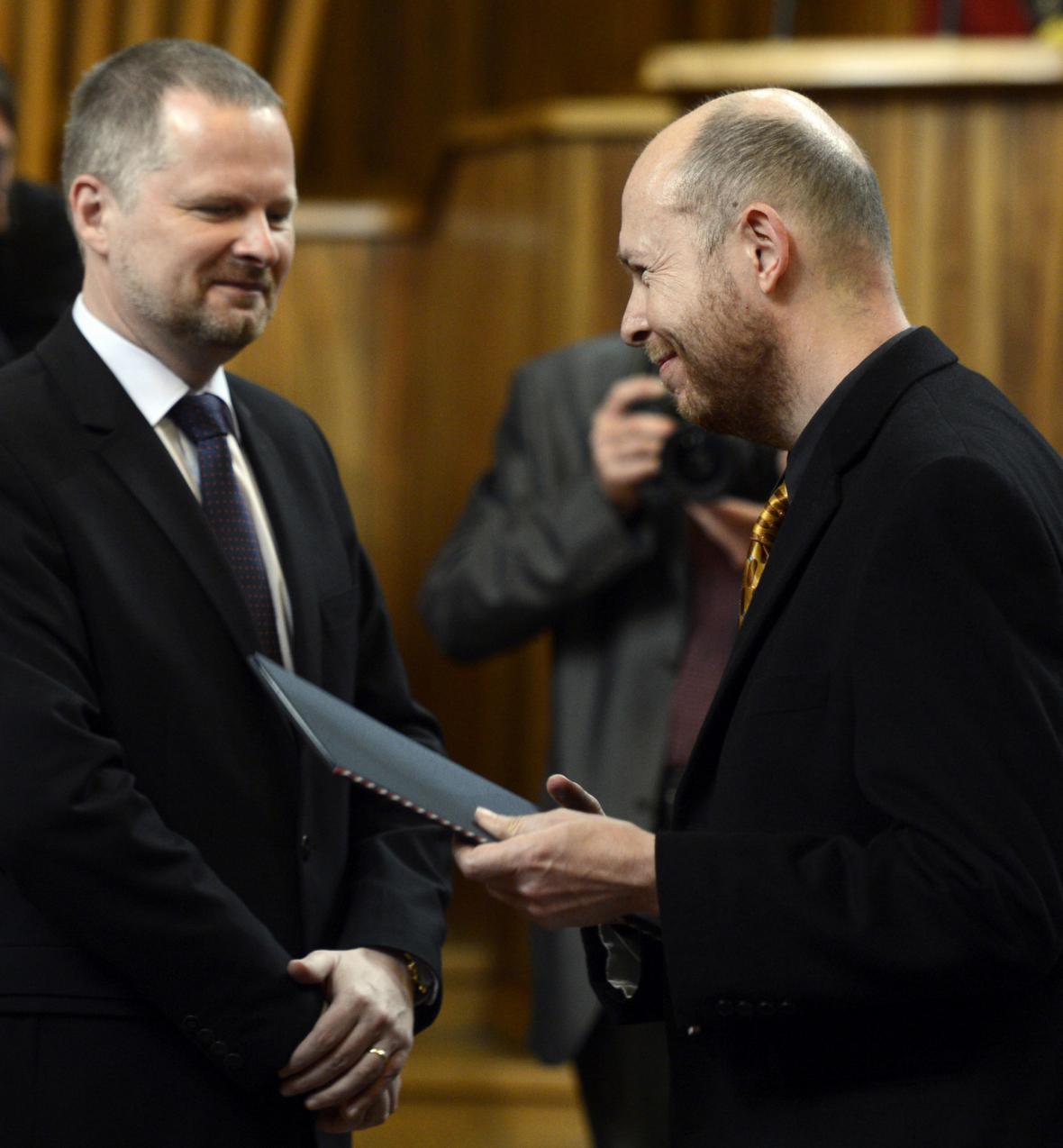 Ministr školství Petr Fiala (vlevo) předává dekret profesoru Martinu C. Putnovi (vpravo)