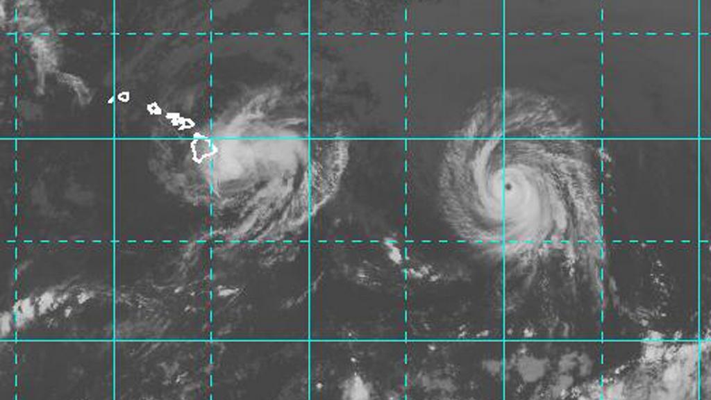 Satelitní snímky: slabší Iselle (vlevo), následovaný hurikánem Julio