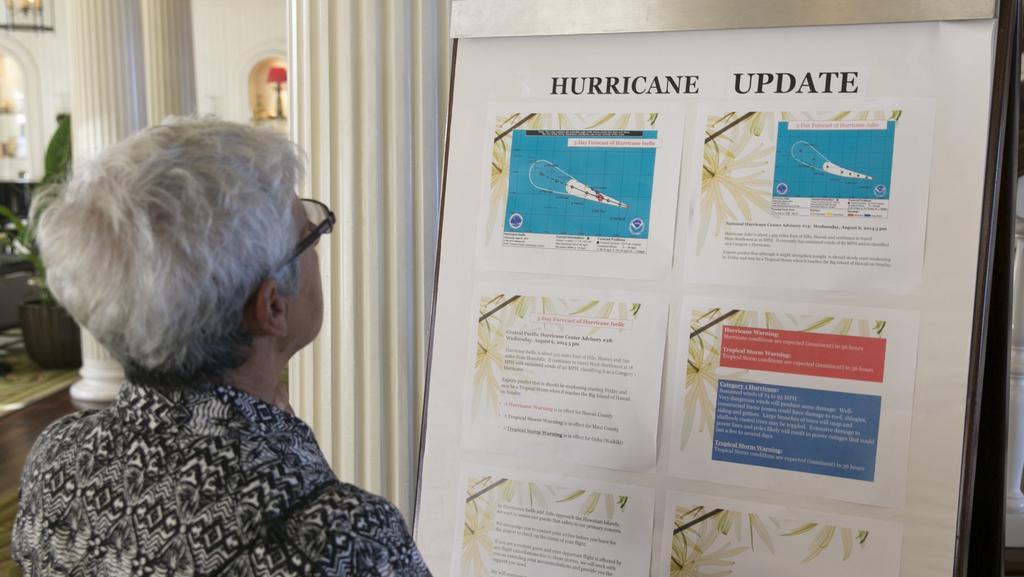 Turista hledá nejčerstvější informace o blížící se bouři Iselle