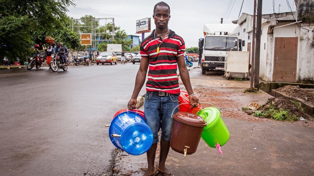 Pouliční prodej kbelíku na mytí rukou