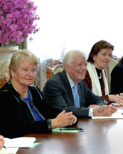 Skupina bývalých politiků v čele s Jamesem Carterem na jednání v KLDR