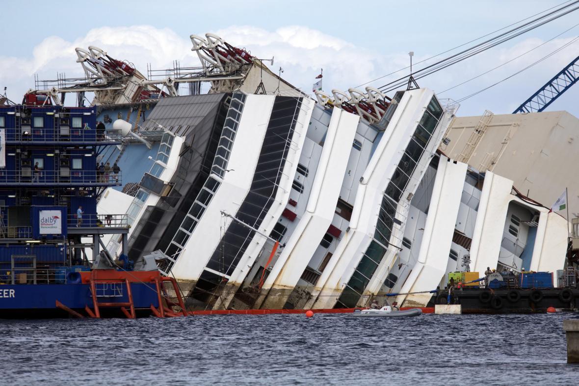 Costa Concordia se pomalu zvedá na hladinu