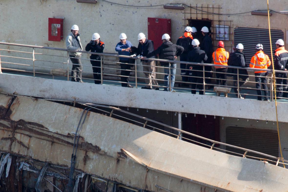 Francesco Schettino (třetí zleva) na vraku Costy Concordie