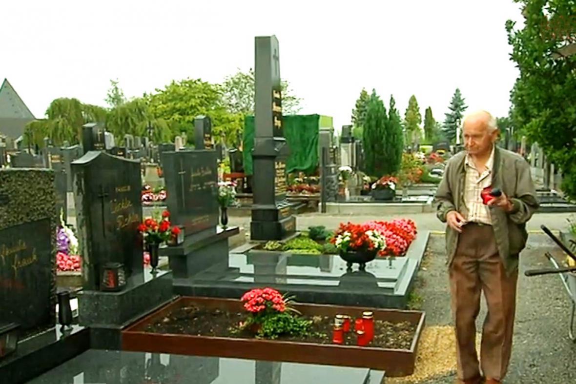 Karel Smolka na hrobu svého otce v rakouském Gmündu