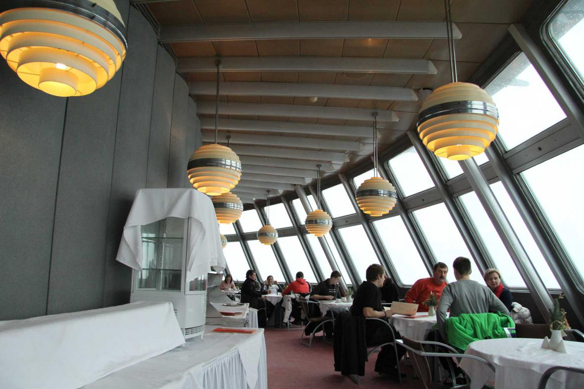 Interiér restaurace na vysílači Ještěd