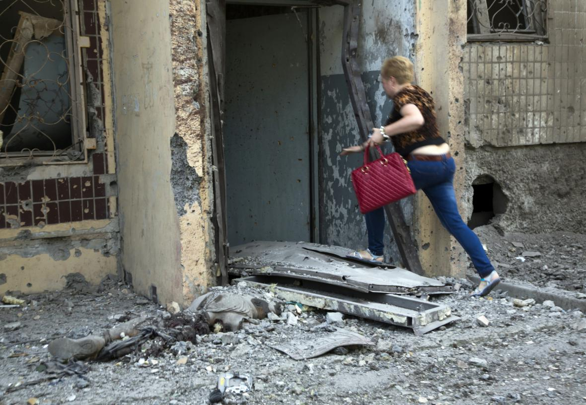 Obyvatelka rozbombardovaného domu v Doněcku