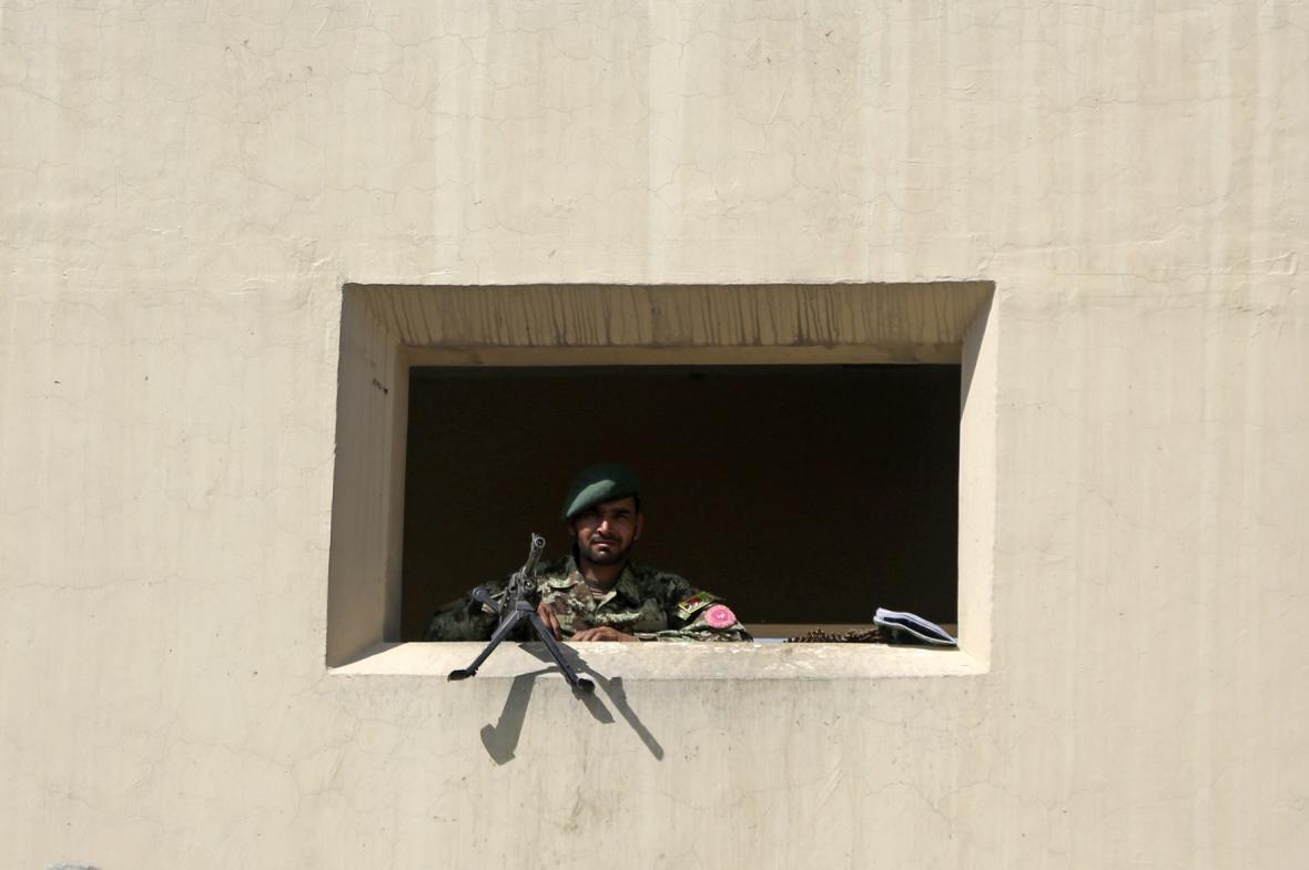 Afghánský voják hlídá bránu zařízení Camp Qargha