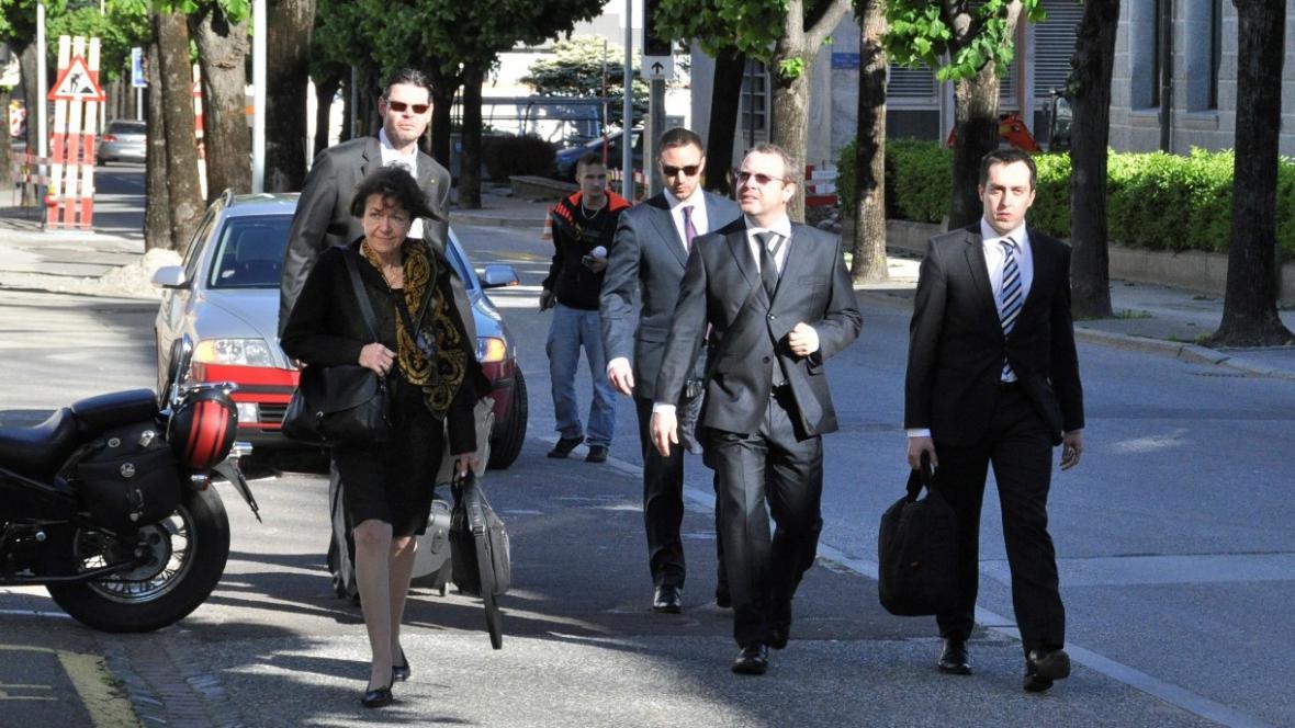 Obžalovaný Petr Kraus (druhý zprava) přichází ke švýcarskému soudu
