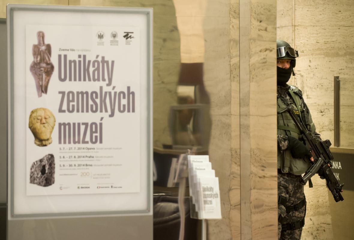 Významné české archeologické nálezy doprovázela do Prahy eskorta ozbrojenců