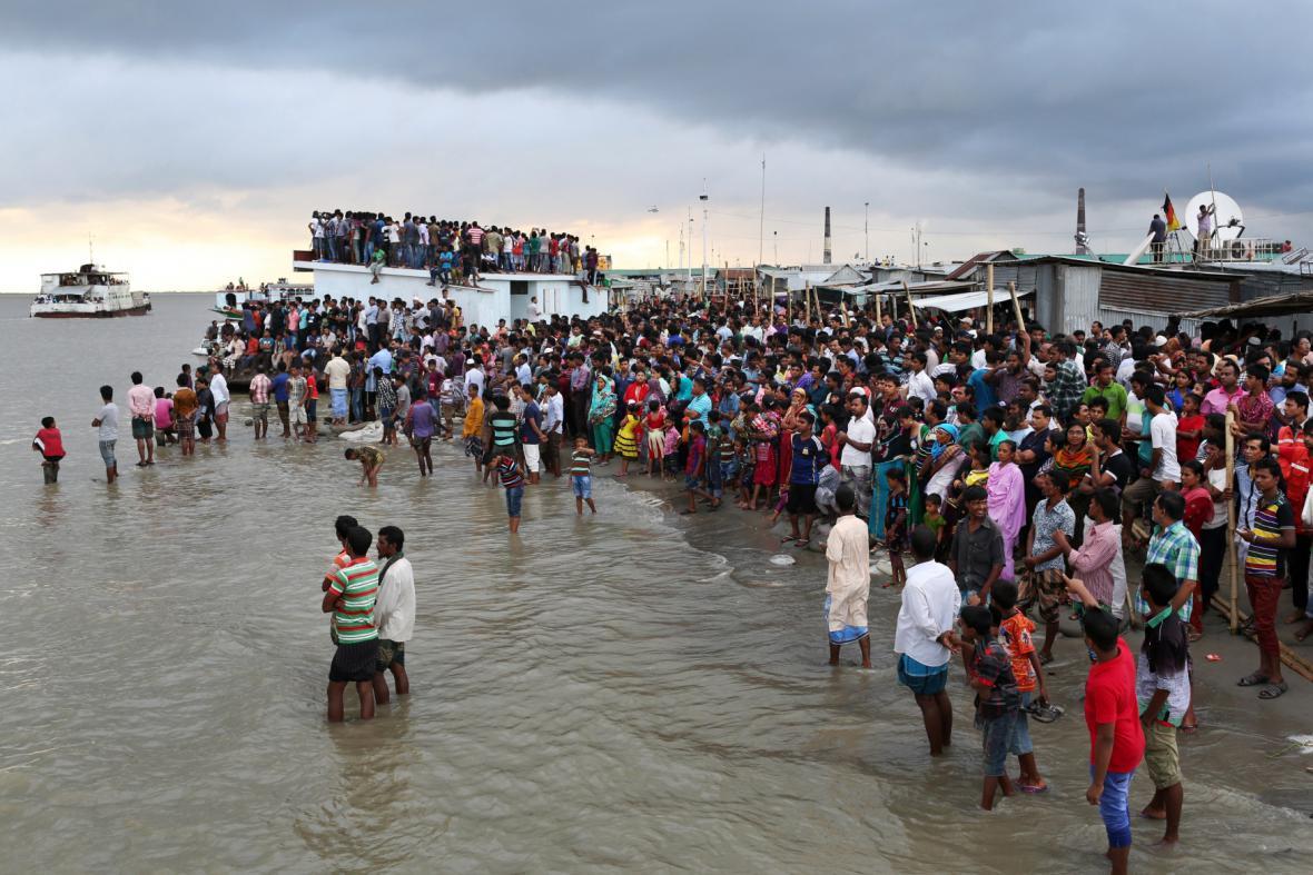 Shromáždění lidí nedaleko místa neštěstí